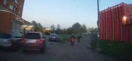 Няма да повярвате какво направи на крадец с мотор, по време на полицейска гонка! (ЗРЕЛИЩНО ВИДЕО)