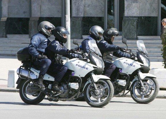 Άμεση ήταν η κινητοποίηση των αστυνομικών, οι οποίοι μετέβησαν στο κατάστημα και συνέλαβαν τον 23χρονο