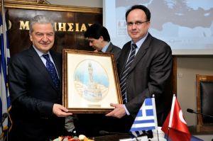 Ο πρόεδρος του Επιμελητηρίου Μαγνησίας κ. Τ. Μπασδάνης προσφέρει αναμνηστικό στο συνάδελφό του της Σμύρνης κ. Ekrem Demirtas