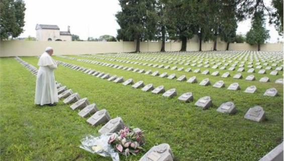 Ο Πάπας σε στρατιωτικό κοιμητήριο στη Βενετία