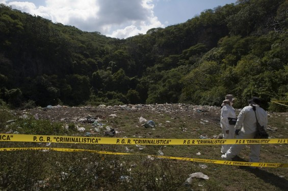 Authorities find a possible mass grave after confession of detained in the case of the 43 Mexican students missing in Iguala