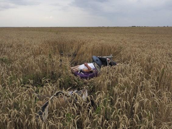 Οι διασκορπισμένες σοροί τον επιβατών μετά την συντριβή του Boeing στο Ντόνετσκ. Jerome Sessini, Torez, Ουκρανία, 17 Ιουλίου 2014