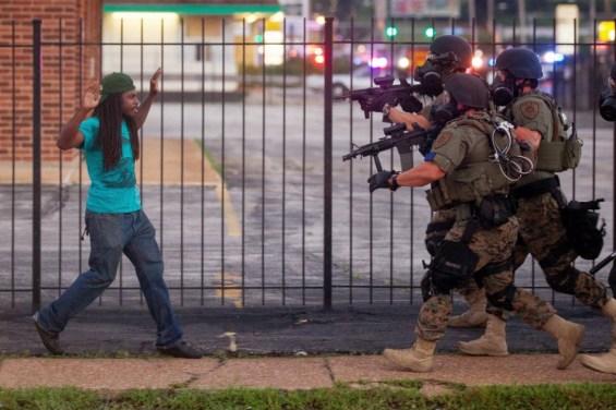 """""""Ήταν η δεύτερη μέρα που κάλυπτα τα γεγονότα στο Ferguson. Η αστυνομία μετά έριξε στο έδαφος τον 23-χρονο Rashaad Davis και τον συνέλαβε"""" - Whitney Curtis, Ferguson, 11 Αυγούστου 2014"""