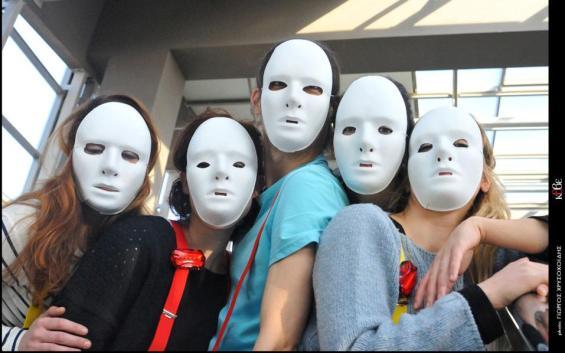 Οι ηθοποιοί του ΚΘΒΕ που συμμετέχουν στη δράση «Face_Φό-ΡΑ ΣΤΟΠ» φορούν λευκές μάσκες για να κρύβουν τα χαρακτηριστικά τους, υποδηλώνοντας τα πλαστά χαρακτηριστικά ταυτότητας που μπορεί να δηλώσει ο καθένας στα μέσα κοινωνικής δικτύωσης. (Φωτ.: Γιώργος Χρυσοχοΐδης/ ΚΘΒΕ)