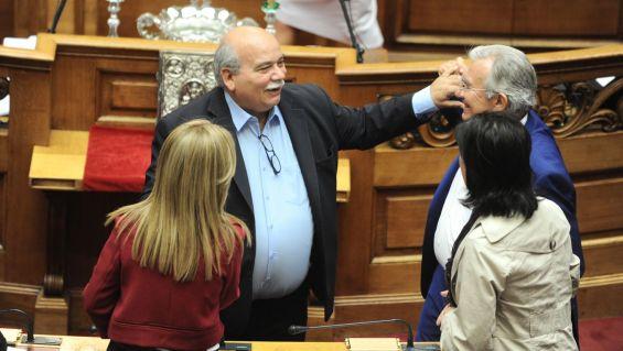 Ο βουλευτής του ΣΥΡΙΖΑ Νίκος Βούτσης στην ορκωμοσία των βουλευτών  στη Βουλή, Αθήνα, Σάββατο 03 Οκτωβρίου 2015. Οι βουλευτές όπως πάντα, έχουν τη δυνατότητα να επιλέξουν να δώσουν πολιτικό ή θρησκευτικό (χριστιανικό ή μουσουλμανικό) όρκο. Ορκίστηκαν οι 300 βουλευτές των οκτώ κομμάτων που εκλέχθηκαν στις τελευταίες εθνικές εκλογές της 20ης Σεπτεμβρίου. Στη νέα κοινοβουλευτική περίοδο, ο ΣΥΡΙΖΑ θα αντιπροσωπεύεται από 145 βουλευτές, η ΝΔ από 75, η Χρυσή Αυγή από 18, ενώ η Δημοκρατική Συμπαράταξη (ΠΑΣΟΚ-ΔΗΜΑΡ) θα εκπροσωπείται από 17 βουλευτές, το ΚΚΕ έχει εκλέξει 15, το ΠΟΤΑΜΙ 11, οι ΑΝΕΛ 10 και η Ένωση Κεντρώων 9 βουλευτές.  ΑΠΕ-ΜΠΕ/EUROKINISSI POOL/ΤΑΤΙΑΝΑ ΜΠΟΛΑΡΗ/POOL