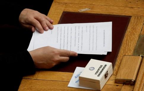 Ο υπουργός Οικονομικών Ευκλείδης Τσακαλώτος παρευρίσκεται στην αίθουσα της ολομέλεια της Βουλής για να παραδώσει το κουτί που περιέχει τον προϋπολογισμό του 2016, Αθήνα Παρασκευή 20 Νοεμβρίου 2015. ΑΠΕ-ΜΠΕ/ΑΠΕ-ΜΠΕ/ΓΙΑΝΝΗΣ ΚΟΛΕΣΙΔΗΣ