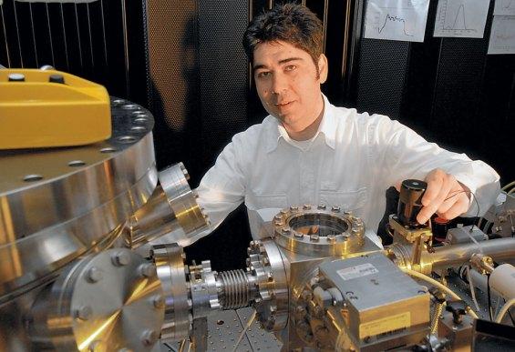 Ο Ελευθέριος Γουλιελμάκης στο εργαστήριο, όπου δημιούργησε το πιο γρήγορο φλας φωτός που έχει υπάρξει ποτέ