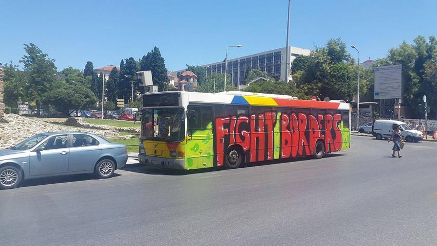 Το λεωφορείο του ΟΑΣΘ που κάλυψαν οι αναρχικοί με γκράφιτι και συνθήματα