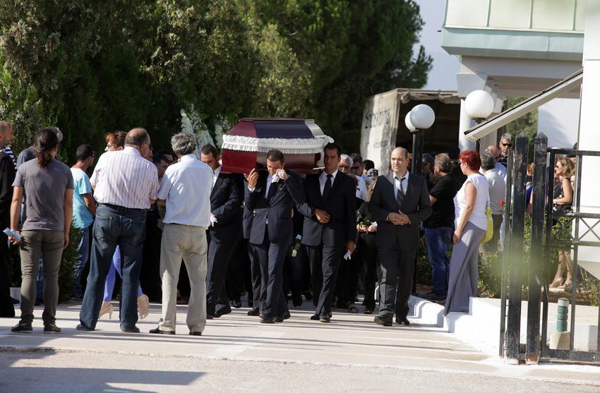 Φίλοι και συγγενείς συνόδευσαν την άτυχη γυναίκα στην τελευταία της κατοικία, στο 2ο Νεκροταφείο Κορωπίου