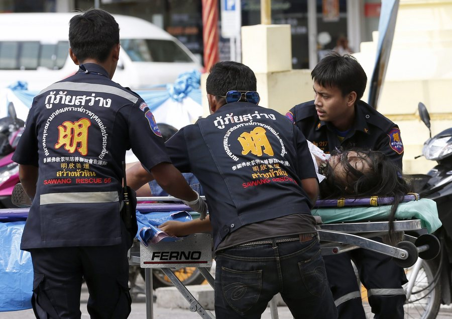 epa05476167 An injured bomb victim is rushed to a hospital by Thai rescue workers following a bomb attack at the city clock tower in the center of Hua Hin, Thailand, 12 August 2016. A series of bombing attacks in the resort city of Hua Hin killed at least two people and more than 20 people injured including foreign tourists.  EPA/RUNGROJ YONGRIT