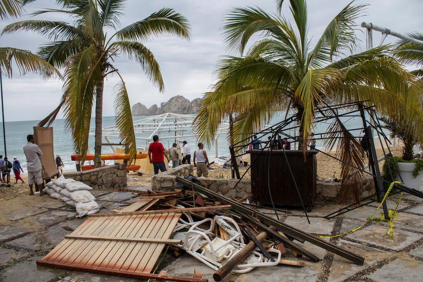 Residents stand next to debris of a restaurant in the aftermath of Hurricane Newton in Los Cabos, Mexico, September 6, 2016. REUTERS/Fernando Castillo FOR EDITORIAL USE ONLY. NO RESALES. NO ARCHIVES.