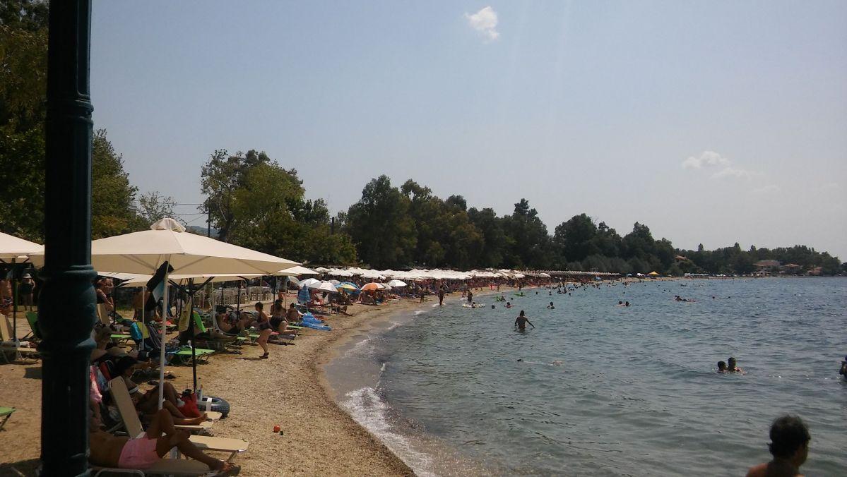 Πλημμυρισμένες από λουόμενους παραλίες στο Πήλιο, αλλά τσέπες… μισοάδειες – Οδοιπορικό της «Θ» σε Άφησσο και Καλά Νερά