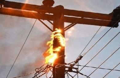 Φωτιά από έκρηξη σε στύλο της ΔΕΗ κοντά στον Πλάτανο Αλμυρού