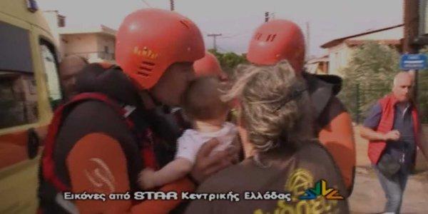Συγκίνηση στην Εύβοια: Διασώστης φιλά μωρό και το παραδίδει στην οικογένειά του