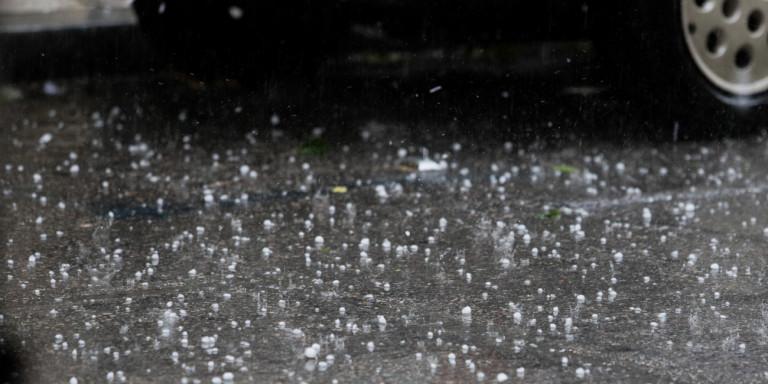 «Χειμώνας» στην Κοζάνη – Σφοδρή χαλαζόπτωση σαρώνει την περιοχή