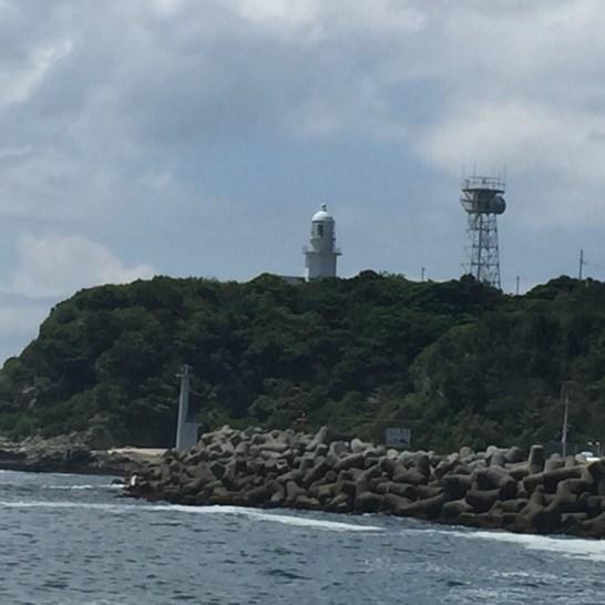 間口港から灯台を望む