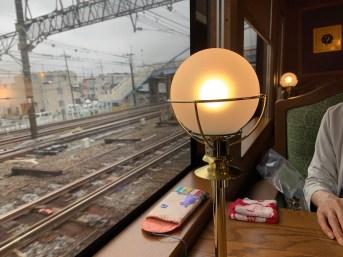 横浜駅を出るロイヤルエクスプレス