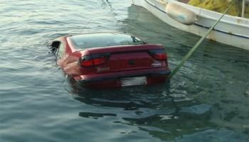 Αυτοκίνητο στο Ναύπλιο αιωρείται πάνω από τη θάλασσα – e-volos