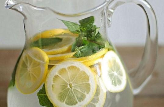Πιείτε νερό με λεμόνι