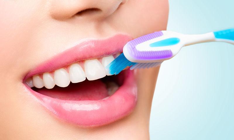 Πλύσιμο δοντιών: Πώς γίνεται σωστά το βούρτισμα στα δόντια
