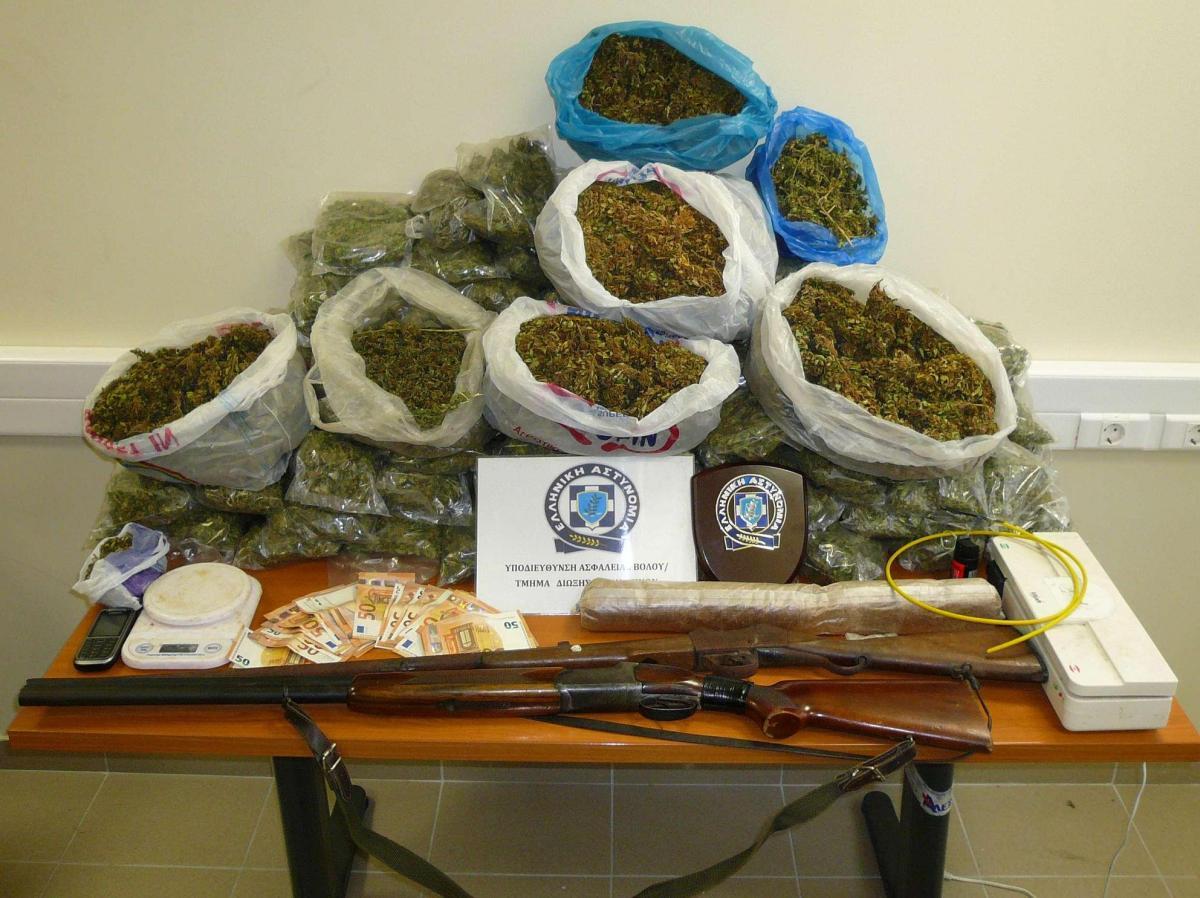 ΜΑΓΝΗΣΙΑ: Βρήκαν σπίτι του 7,5 κιλά κάνναβη, πάνω από 1,5 κιλό εκρηκτική ύλη, 6 πυροκροτητές και 2 όπλα