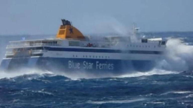 Πελώρια κύματα «σφυροκοπούν» το Blue Star Naxos
