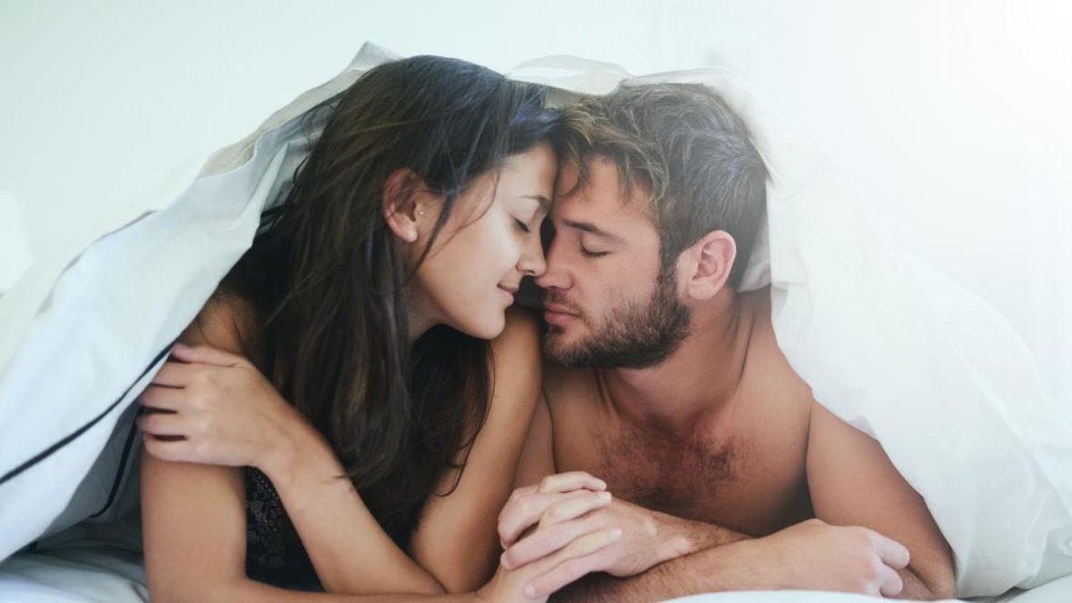 Menina e cara sob o cobertor