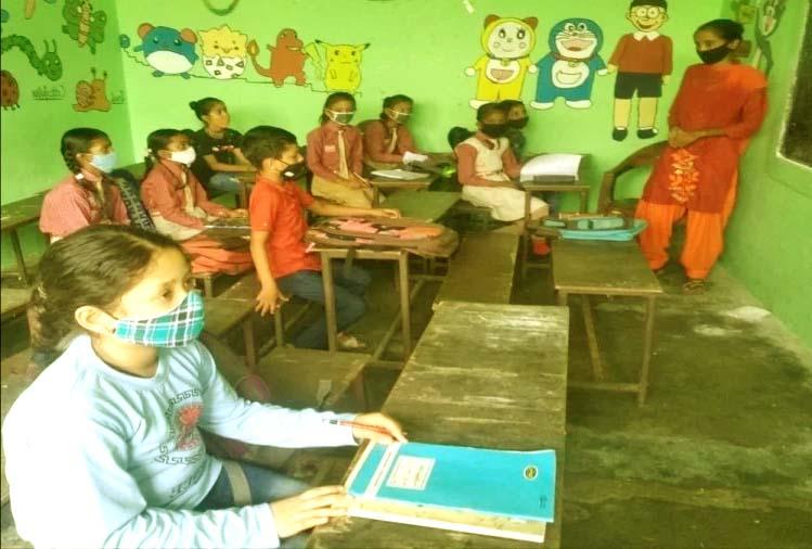 #1उत्तराखंड में खुले स्कूल: डेढ़ साल बाद प्राथमिक स्कूलों में बजी घंटी, छात्रों ने दिखाया उत्साह, तस्वीरें...