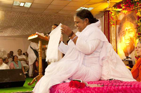 Amma demonstrating how to use the towel
