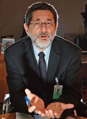 CONFLITO O presidente da Petrobras, José Sérgio Gabrielli. Ele contesta a metodologia adotada pelo Tribunal de Contas da União  (Foto: Sergio Lima/Folhapress)