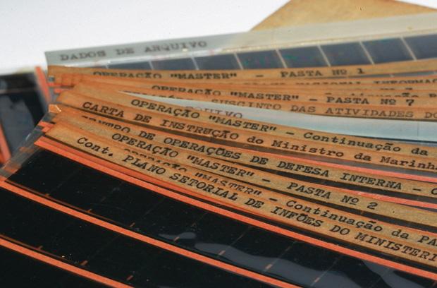 FIM DO SEGREDO A caixa de papelão com os microfilmes de documentos do Cenimar. Ela foi guardada por um militar anônimo por mais de três décadas (Foto: Igo Estrela/ÉPOCA)
