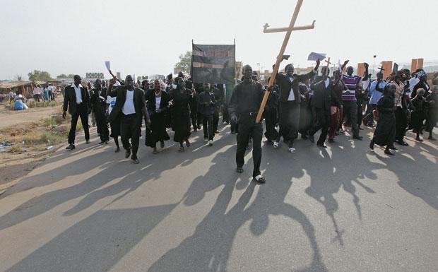 TENSÃO Cristãos, sudaneses do sul comemoram sua independência do Sudão, de maioria muçulmana, em 2011. A religião é um dos motivos para o conflito que perdura entre os dois países   (Foto: Thomas Mukoya/Reuters)