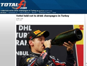 Foto do site TotalF1.com mostra Sebastian Vettel bebendo champanhe no pódio do GP da Turquia