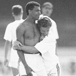 Abraçado com Juninho, Ronaldo Luís impediu gol do Barcelona na final do Mundial Interclubes de 1992, quando tirou a bola em cima da linha