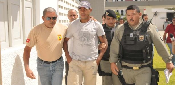 Marcelinho Paraíba ao ser conduzido para a penitenciária de C. Grande pela polícia