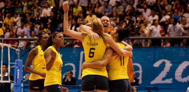 Brasileiras comemoram ponto contra Cuba na final do vôlei feminino no Pan (20/10/2011)