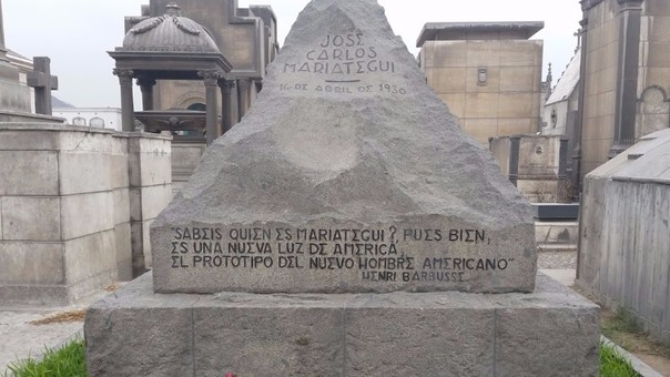 La tumba de José Carlos Mariátegui en el Presbítero Maestro. Además del elogio en su epitafio, ha sido calificado como