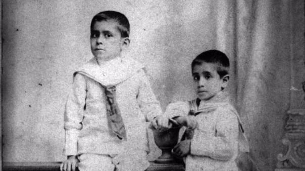 José Carlos Mariátegui (izquierda)con 10 años de edad y al lado de su hermano César