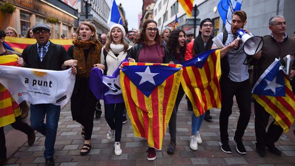 Cataluña, una región de 7,5 millones de habitantes, contiene el aliento ante la posible declaración de independencia que realizaría Puigdemont ante su Parlamento.