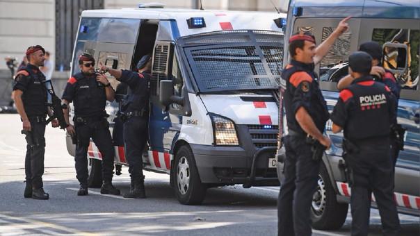 Varios vehículos de los Mossos d'Esquadra en la entrada del Parlamento