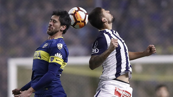 Gabriel Leyes pelando una pelota con Pablo Pérez.