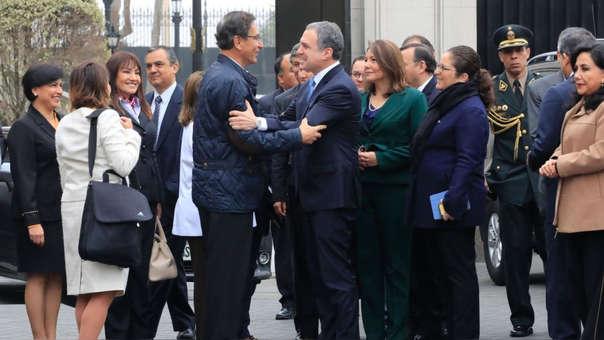 Martín Vizcarra y Salvador del Solar antes de que este parta hacia el Congreso, acompañado por los ministros.