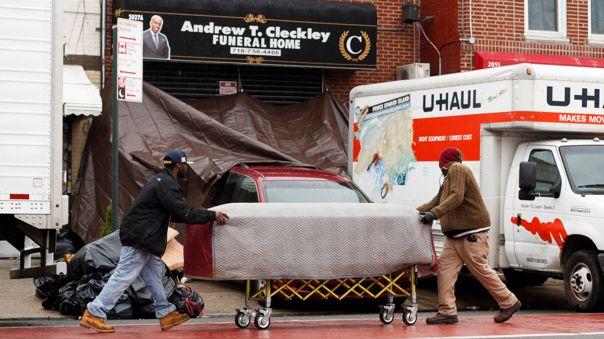 Un ataúd es entregado a la funeraria  Andrew T. Cleckley, frente a la cual la Policía de Nueva York descubrió dos camionetas sin refrigeración con un centenar de cuerpos amontonados y en descomposición