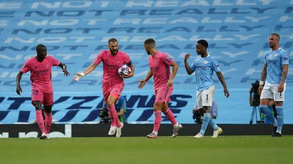 Karim Benzema celebra tras anotar el empate en el Etihad Stadium ante Manchester City durante Champions League