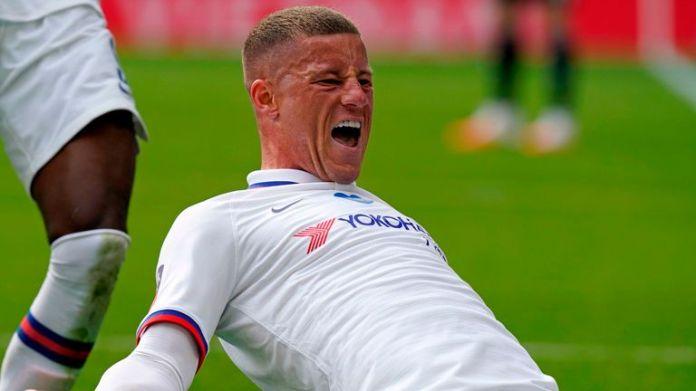 Ross Barkley świętuje strzelenie bramki dla Chelsea przeciwko Leicester