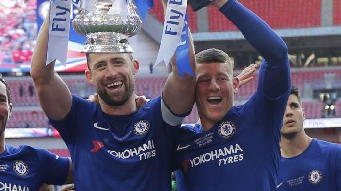 Ross Barkley (z prawej) świętuje zwycięstwo w Pucharze Anglii z Chelsea w 2018 roku