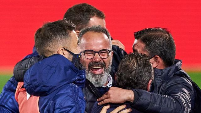 Cadiz manager Alvaro Cervera (centre) celebrates with his team after beating Real Madrid