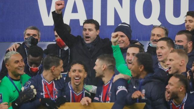 PSG's head coach Mauricio Pochettino, center, and PSG players celebrate with the trophy after the Champions Trophy soccer match between Paris Saint-Germain and Olympique Marseille at the Bollaert stadium in Lens, northern France, Wednesday, Jan.13, 2021. PSG won 2:1. (AP Photo/Christophe Ena)