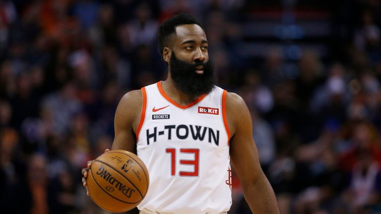 Защитник Хьюстон Рокетс Джеймс Харден ведет мяч против Финикс Санз во время первой половины баскетбольного матча НБА в субботу, 21 декабря 2019 года, в Фениксе.  Ракеты победили Солнца 139-125.  (AP Photo / Росс Д. Франклин)