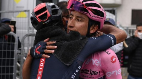 Daniel Felipe Martínez y Egan Bernal abrazados